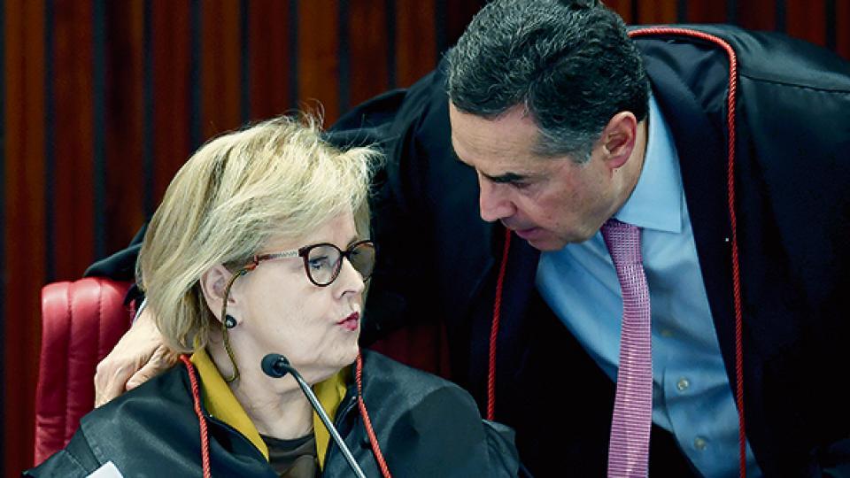 Rosa Weber, presidenta del tribunal electoral, habla con Roberto Barroso, relator del caso Lula.