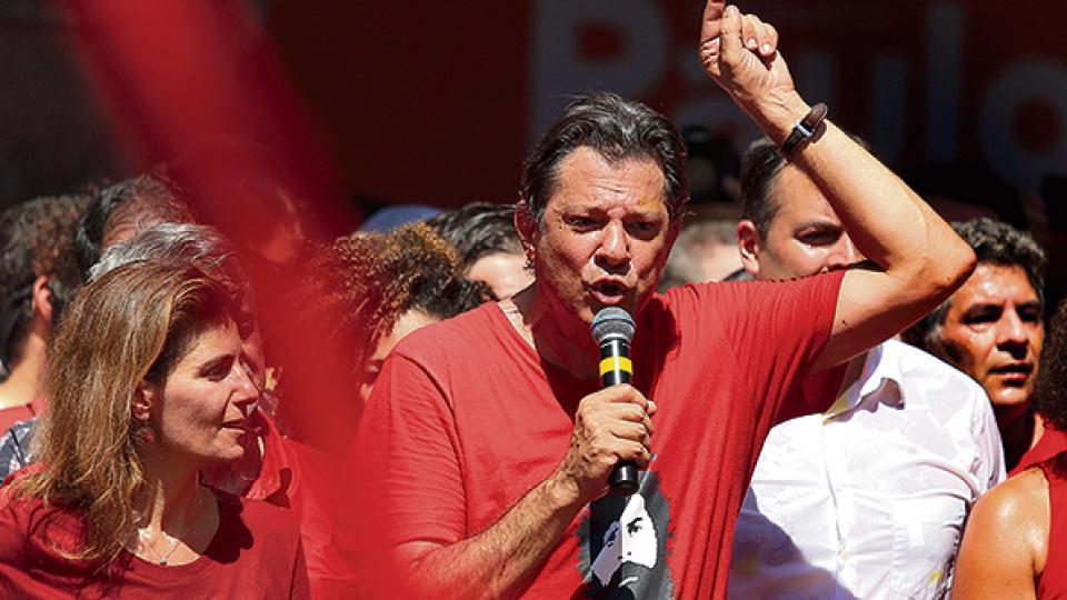 Haddad en campaña en Recife, Pernambuco. Crece en las encuestas pero todavía muchos no lo conocen.