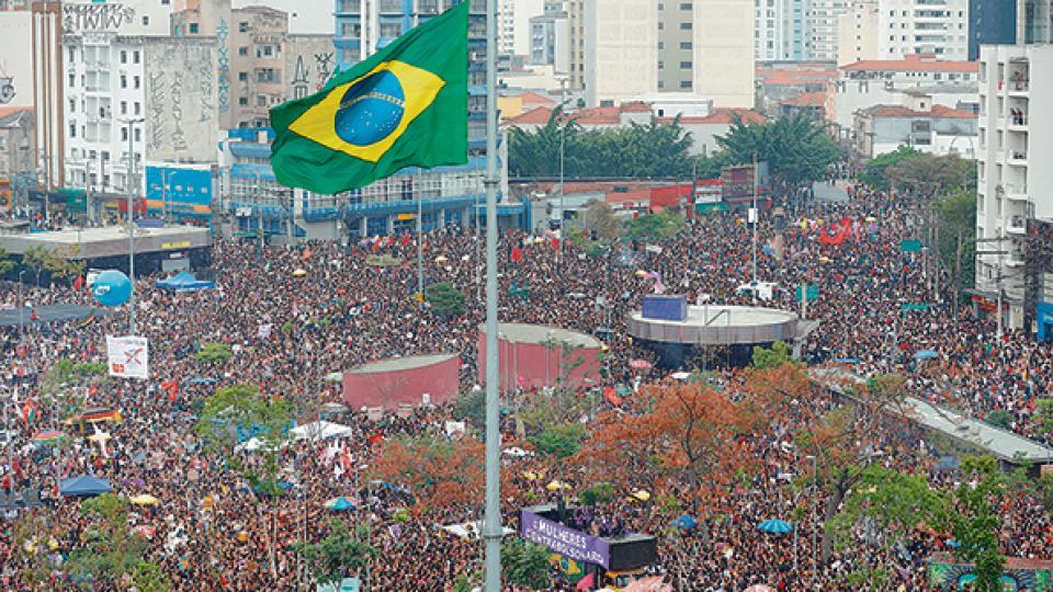 La marcha en San Pablo contra Bolsonaro atrajo a más de 200.000 personas.