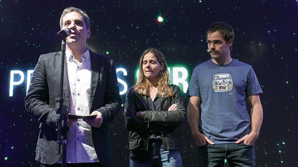Peter Lanzani junto a los productores Matías Mosteirín y Leticia Cristi, en la ceremonia de anuncio.
