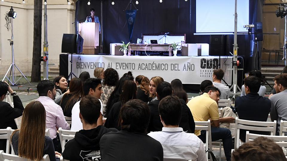 """El estrado quedó vacío ayer en el llamado por sus organizadores """"evento académico del año""""."""
