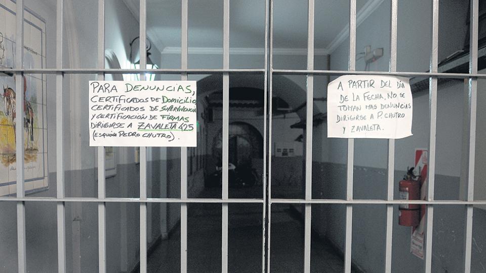 La ex comisaría 32, en la avenida Caseros 2724: cerrada y con avisos informales sobre el cambio.