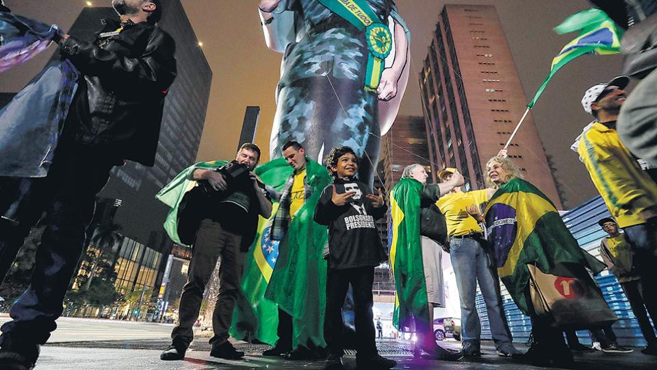 Seguidores del militar Bolsonaro instalaron un muñeco gigante en la avenida Paulista en San Pablo.