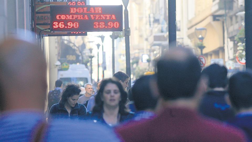 El mercado cambiario se quedó con menor presión compradora por el impacto de las altas tasas en pesos. Elevado premio a la especulación bancaria.