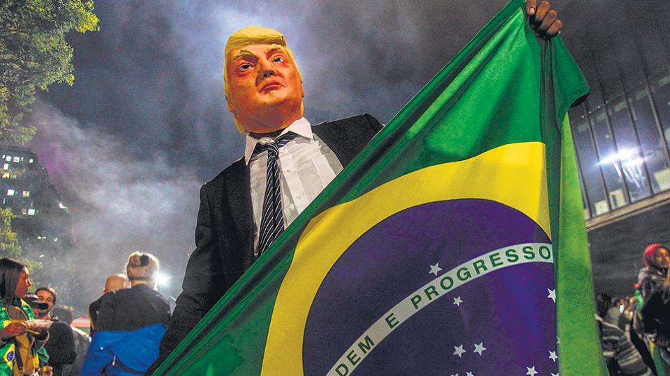 Un simpatizante de Bolsonaro lleva una máscara de Trump al celebrar la victoria.