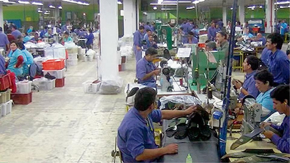 La textil Alpargatas está ajustando su planta en Tucumán, afectando la fuente laboral de 500 personas.