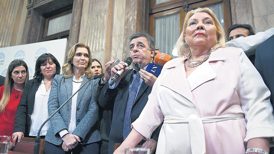 Carrió y Negri expresaron su enojo por la actitud de la oposición, a la que suelen denostar.