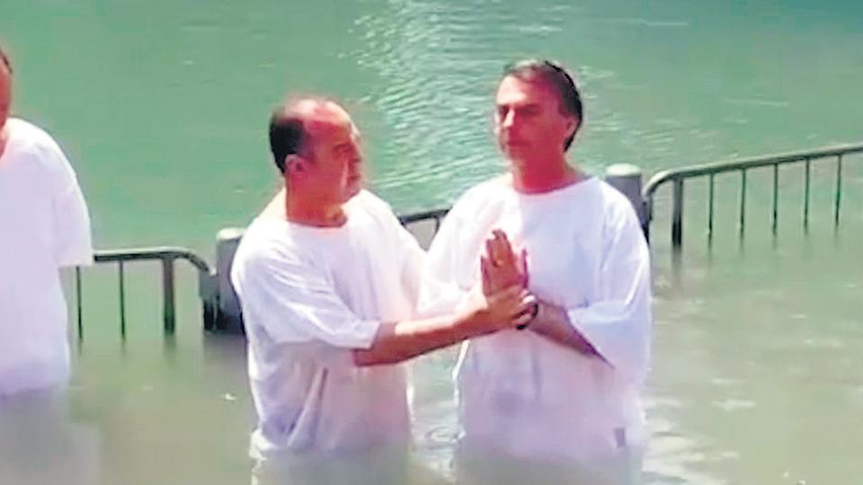 El bautismo de Bolsonaro en el río Jordán. El apoyo evangélico fue clave para el triunfo en primera vuelta del candidato ultraderechista.