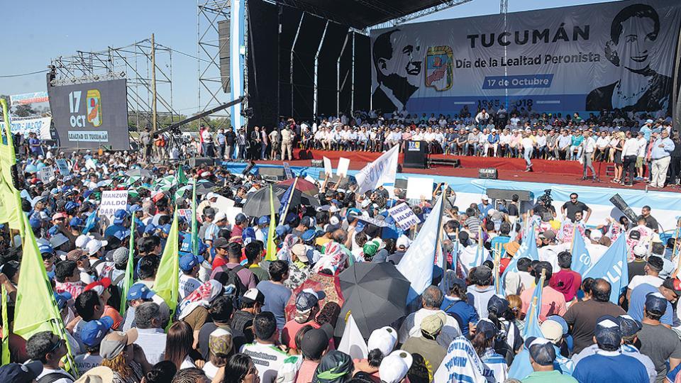 El escenario fue montado frente a la pista y las tribunas del hipódromo tucumano.