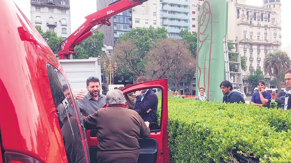 El gobierno porteño intentó retirar una escultura donada por el artista plástico Alejandro Marmo.