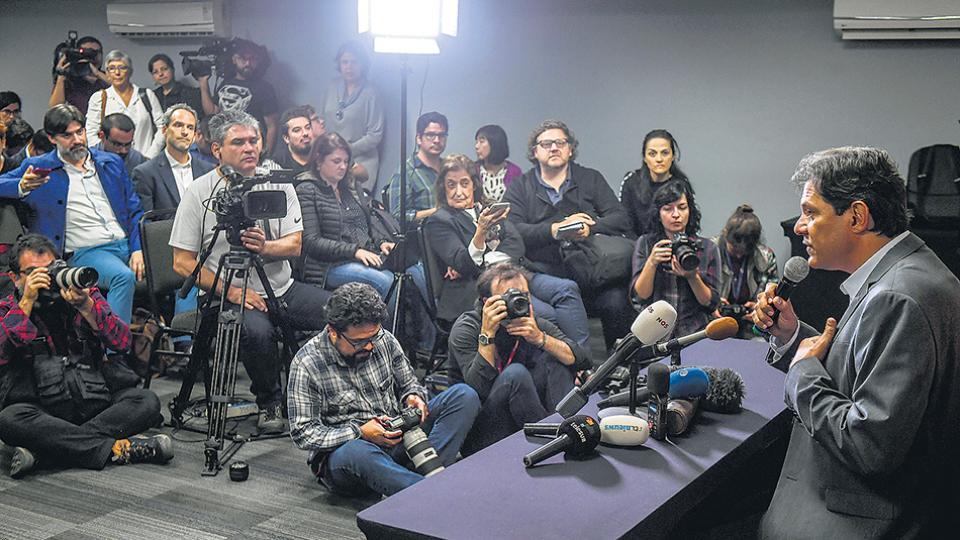 Haddad desafió a Bolsonaro, que rehúye el debate, ayer ante corresponsales extranjeros.