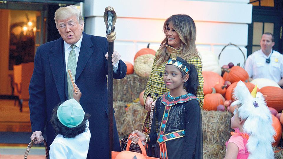La pareja presidencial Trump y Melania recibe a niños por la fiesta de Halloween.