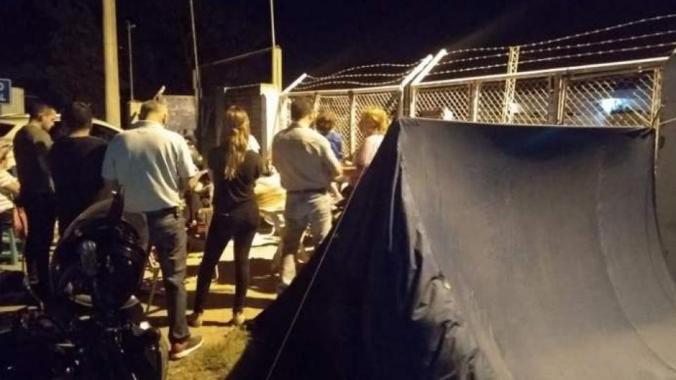 Los ex empleados acamparon frente a la planta de Eyelit en reclamo de su indemnización total.