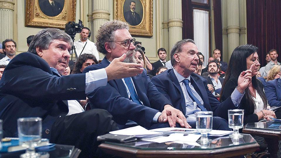 José Mayans y Miguel Angel Pichetto discutieron públicamente durante la sesión de la Comisión de Presupuesto.