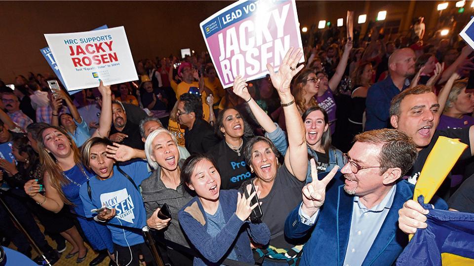 Simpatizantes del Partido Demócrata celebran la elección en Nevada.