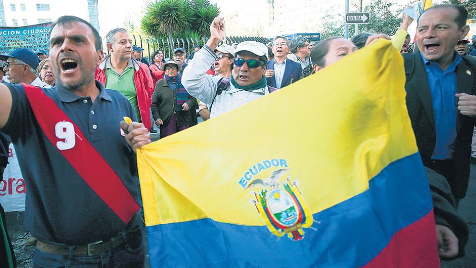 Simpatizantes del ex presidente Rafael Correa y del ex vice Jorge Glas protestan frente a la Corte Nacional por los juicios promovidos contra ambos.