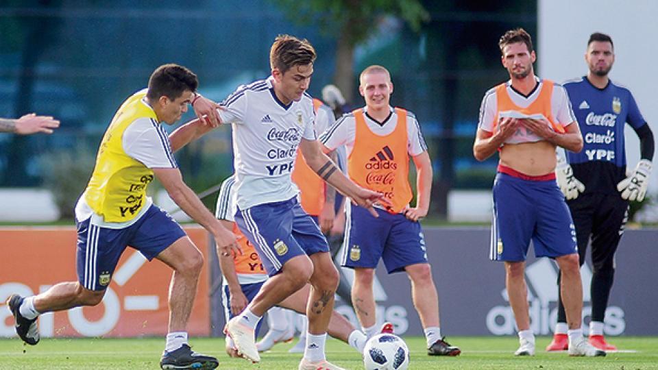 Dybala frente a Acuña en el entrenamiento de ayer. Ambos serían titulares.