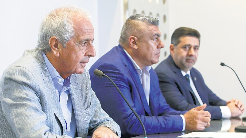 El presidente de la AFA, Claudio Tapia, junto a los titulares de River y de Boca.