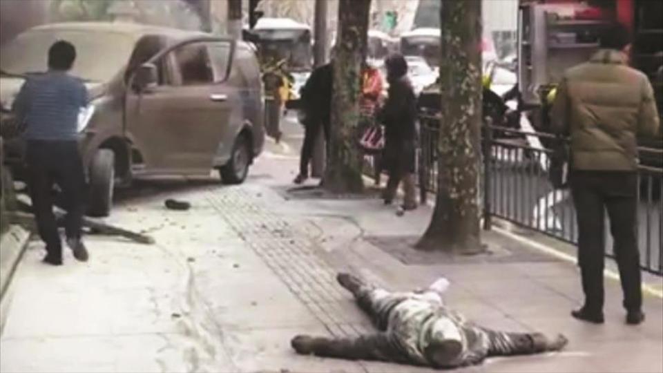 Un cuerpo en la vereda captado por un celular poco después del atentado en Longyan.