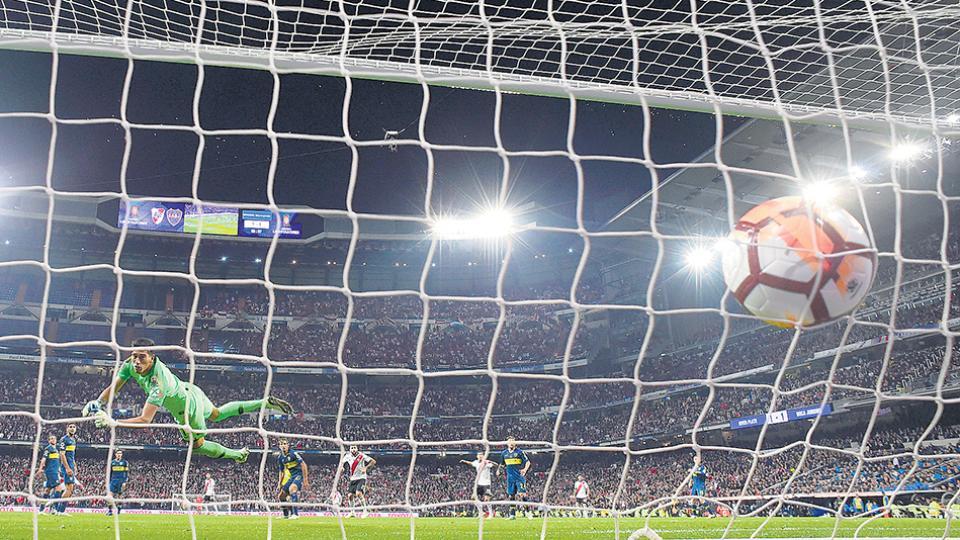 La estirada de Andrada no puede evitar el gran gol del colombiano Quintero. El jugador había ingresado en el segundo tiempo.