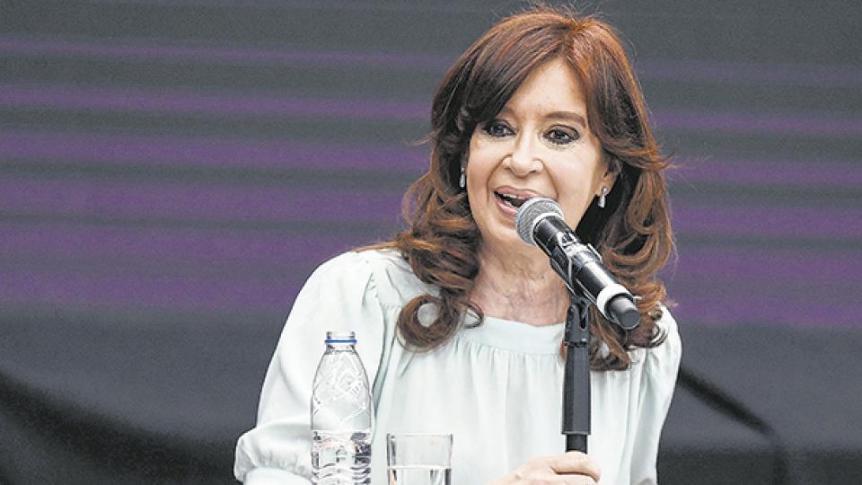 """Para CFK, el fallo es """"a pedido y a medida de Macri, Cambiemos, Clarín y sobre todo: el desastre de la economía""""."""