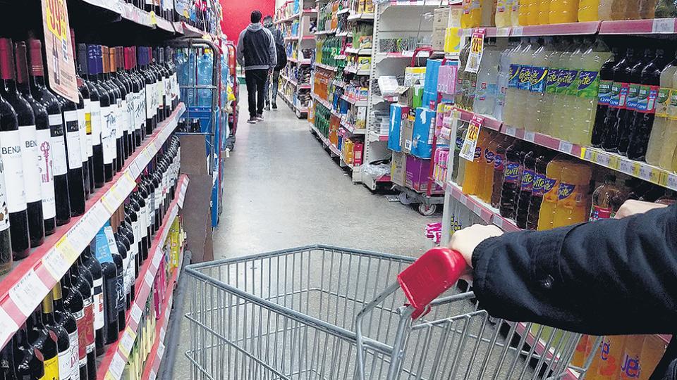 Los precios de los alimentos y bebidas aumentan por encima del promedio, impactando en la canasta familiar.