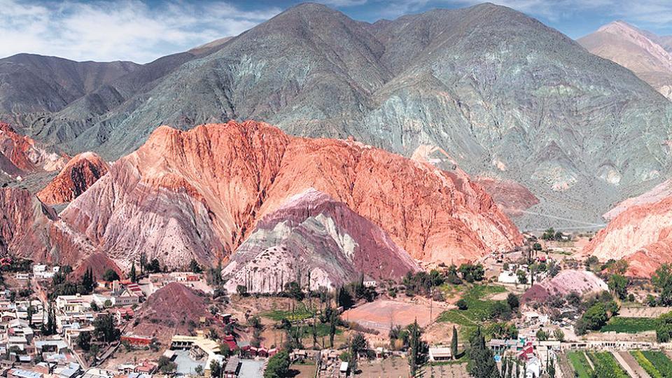 """Edgardo """"Memo"""" Vilte dice haber comprado el cerro y le rodeó con un alambrado y rejas."""