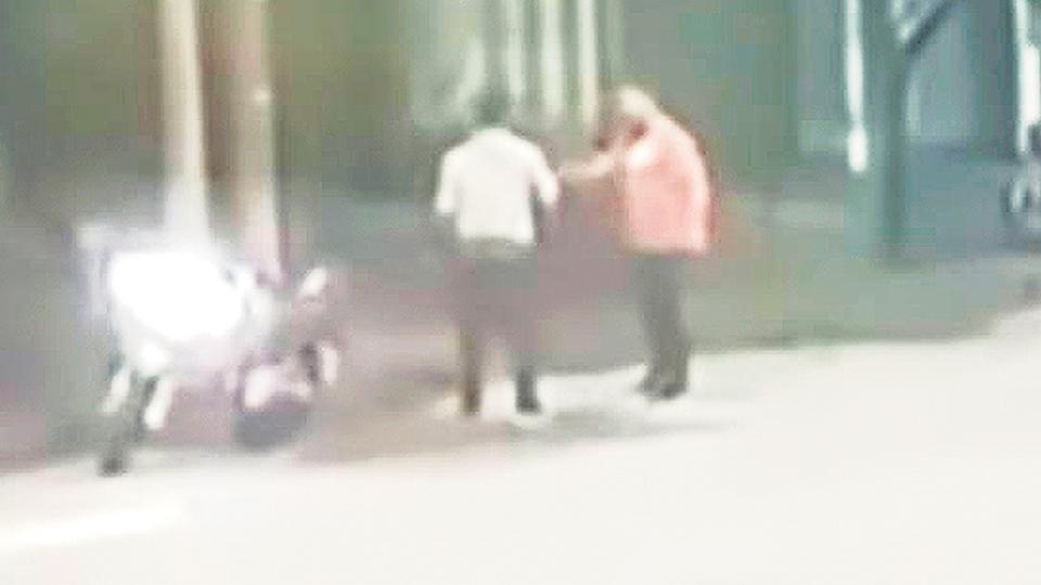 Imagen de una cámara de seguridad que muestra la moto propiedad de la víctima.