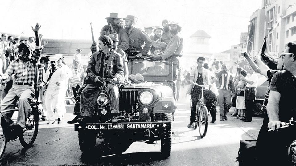 Fidel Castro entrando a La Habana con Camino Cienfuegos (izq.) el 8 de enero de 1959.