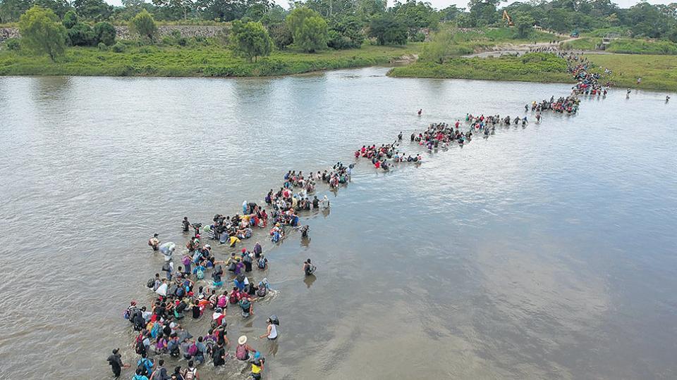 Migrantes salvadoreños cruzan el río Suchiate en México camino a la frontera con EE.UU.