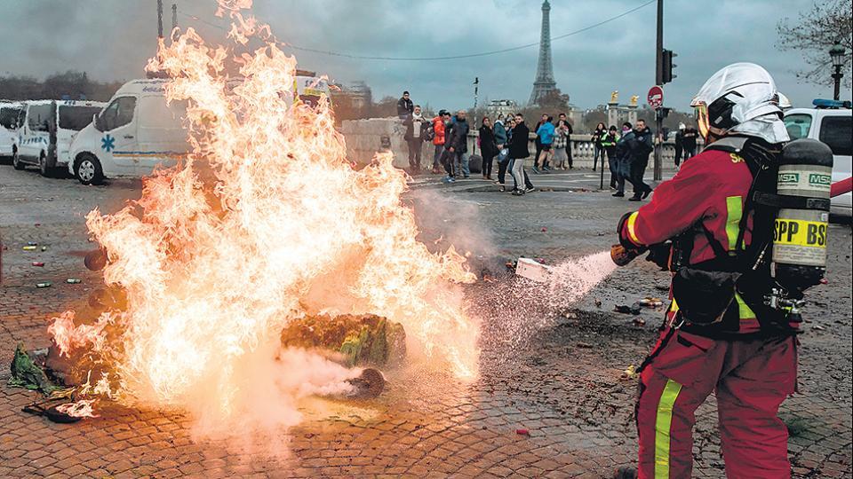 La gente empezó a reclamar la renuncia de Macron mientras crecía el respaldo a la protesta de los chalecos amarillos.