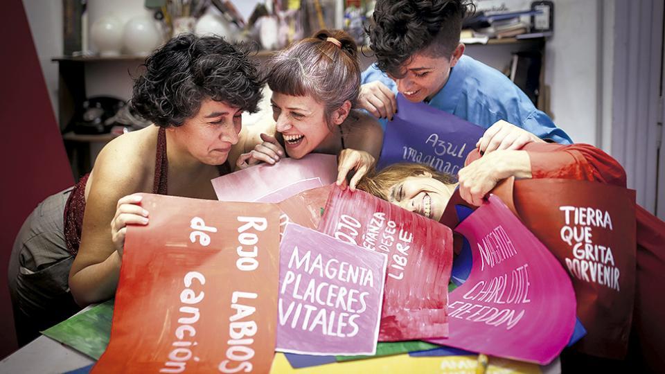 Mariela Sacafati, Marina De Caro, Daiana Rose, Victoria Musotto y Guillermina Mongan (ausente en la foto) son Cromoactivismo, colectivo de resistencia micropolítica que reescribe la historia de cada pigmento, su nombre y sus referencias en la vida social