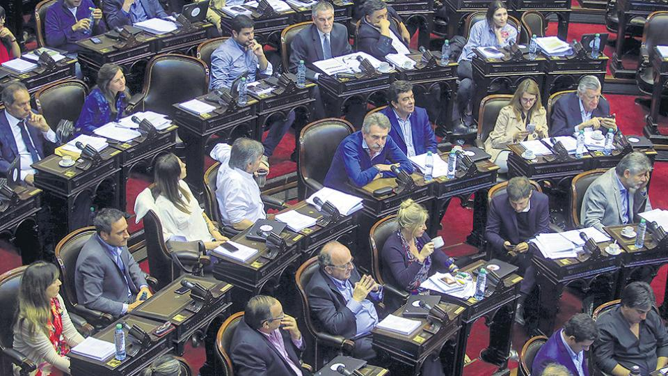 Sectores de la oposición en Diputados cuestionaron el DNU del oficialismo.
