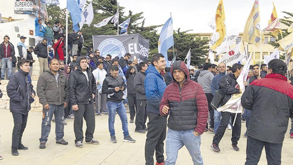 Protestas masivas de petroleros entre 2016 y 2017. No pudieron impedir la baja en el empleo y la precarización.
