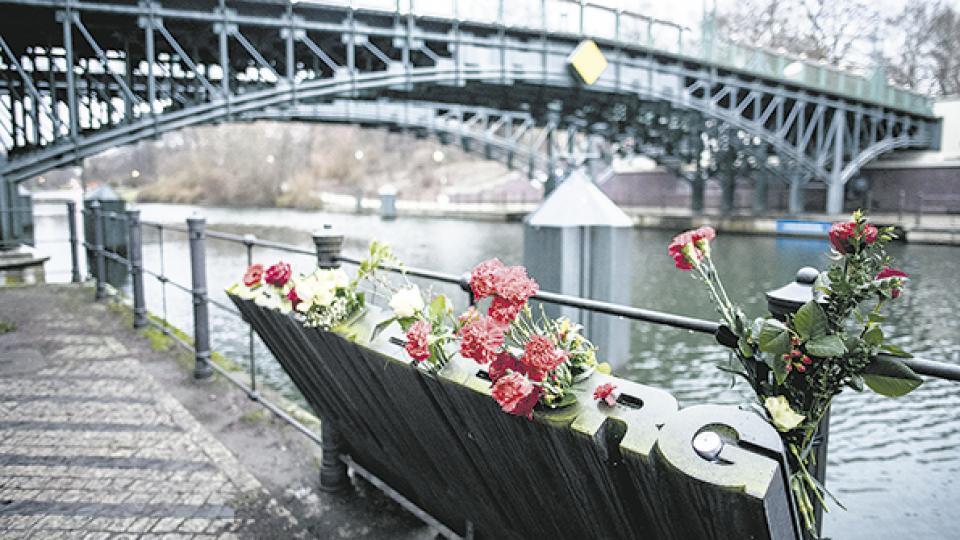 El memorial de Rosa Luxemburgo, en Berlín, cubierto de flores en el centenario de su muerte.