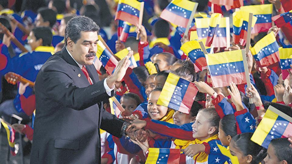 """""""Juro en nombre del pueblo de Venezuela que cumpliré los postulados y mandatos de la Constitución"""", dijo Maduro."""