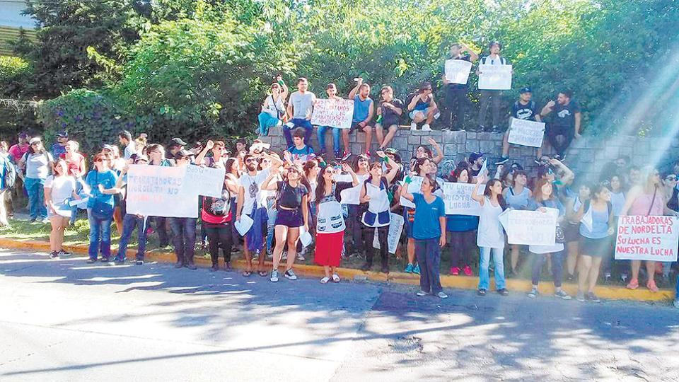 """""""Son nuestras hermanas de clase"""", reivindicaron las manifestantes."""