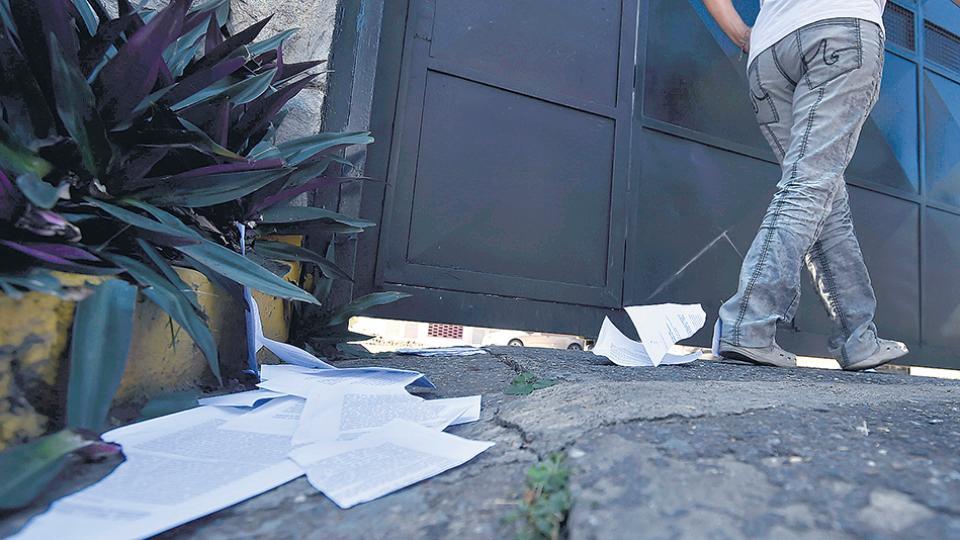 Seguidores de la oposición dejaron copias de la Ley de Amnistía en la residencia oficial presidencial La Casona.
