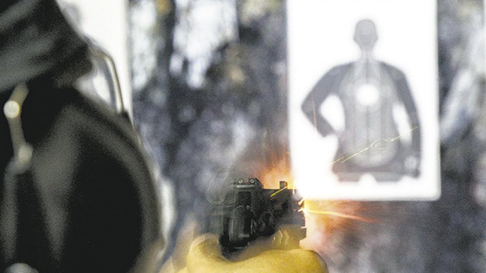 Un hombre dispara al blanco en un club de tiro de San Pablo. Bolsonaro flexibilizó la compra de armas.