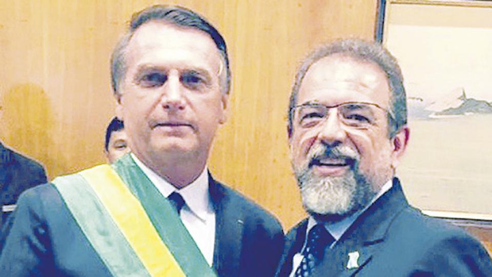 El mandatario brasileño sonríe junto a Salesio Nuhs, dueño de la compañía Taurus.