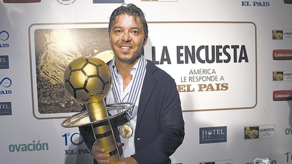 Marcelo Gallardo con el trofeo que lo consagra como el mejor entrenador de América.
