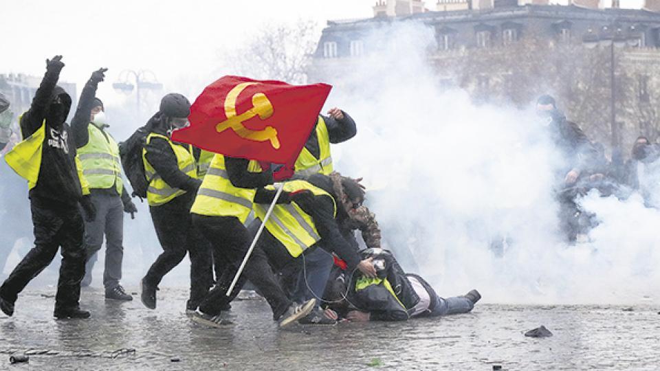 La batalla de París, con mucho frío, enfrentando el gas y los camiones hidrantes.