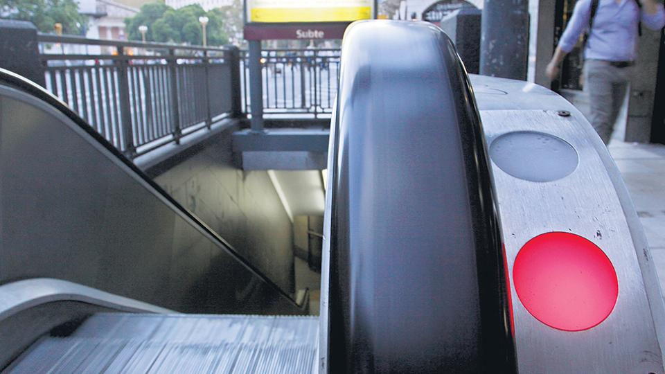 Las escaleras mecánicas no funcionan en muchas estaciones pero la gratuidad dependió del reclamo.