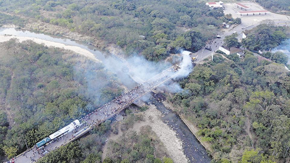 Vista aérea del puente internacional entre Cúcuta y Ureña, donde se ve el humo de camiones quemados.