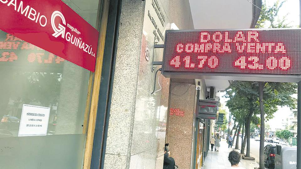 La cotización del dólar en casas de cambio estuvo cerca de los 44 pesos.