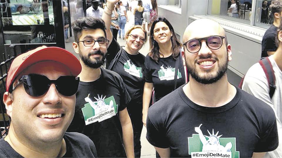 Martín Zalucki (segundo a la izq.) y el equipo de #EmojiDelMate.