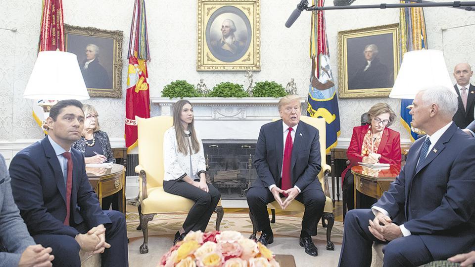 Rosales y Trump rodeados de colaboradores, ayer, en el Salón Oval de la Casa Blanca.