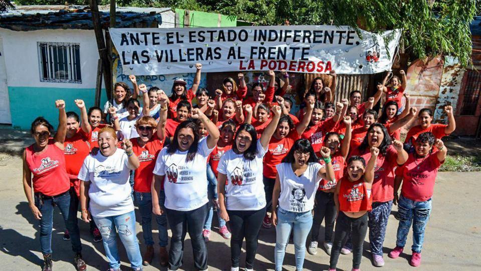 Las mujeres de Rosario y otros lugares frente a la nueva Casa de Los Pumitas.