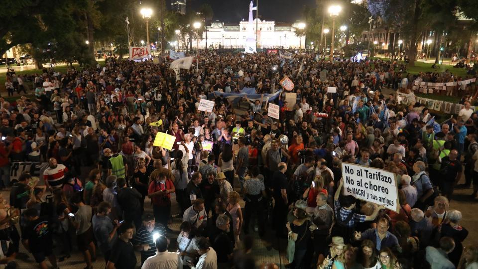 Miles de personas llevaron anoche el ruidazo a las puertas de la Casa Rosada.