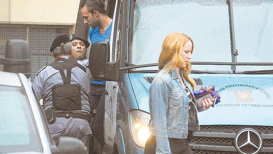 Giselle Robles y detrás, bajando de un vehículo del Servicio Penitenciario, Leonardo Fariña.